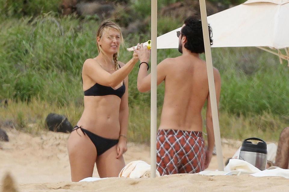 Sharapova mặc bikini đẹp rực rỡ như gái 18