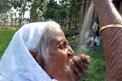 Cụ bà Ấn Độ 78 tuổi ăn 2kg cát mỗi ngày để khỏe mạnh
