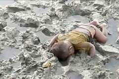 Ảnh bé tị nạn úp mặt xuống bùn gây chấn động