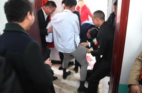 Muốn vào động phòng, chú rể Trung Quốc phải chịu 'khổ hình'