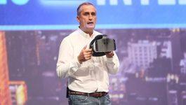 Intel ra mắt kính VR kiểu mới cùng ... túi nôn