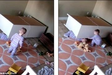 Clip bé 2 tuổi cứu em bị tủ đè bị nghi là giả