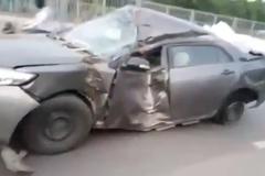Video: Ô tô dập nát toàn thân, nổ lốp vẫn phóng trên đường