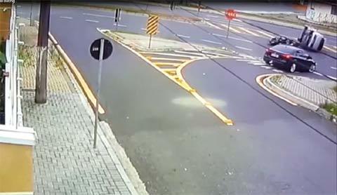 Tai nạn hi hữu: Xe máy đâm ô tô lật nhào giữa đường