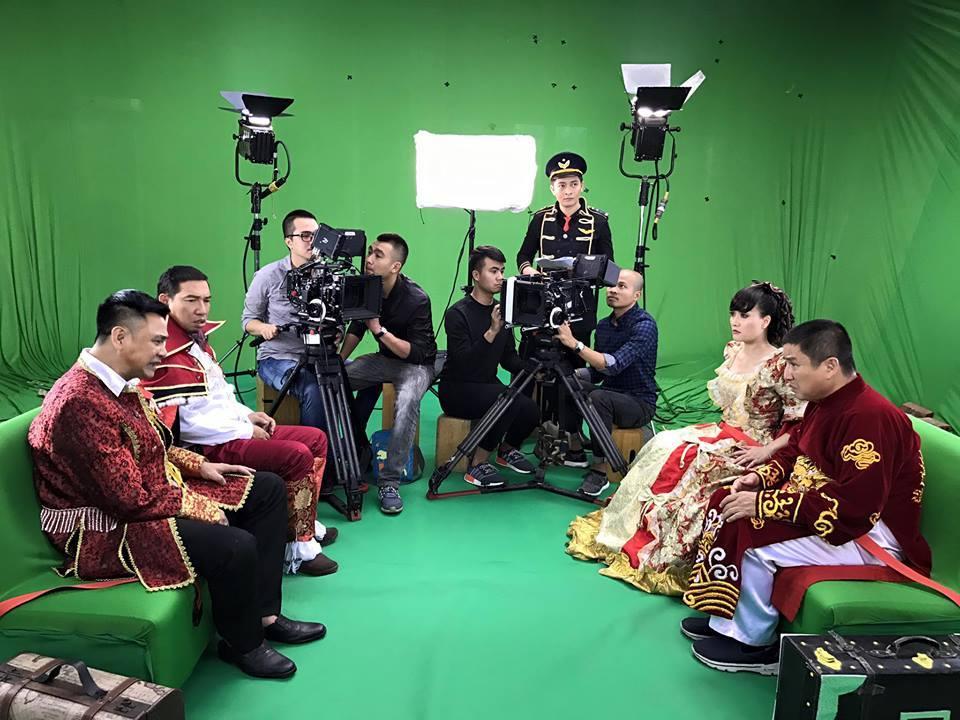 Quang Thắng khoe giọng hát đám cưới ở hậu trường Táo Quân