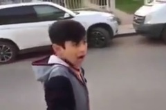 Cậu bé hú giống hệt còi xe cảnh sát khiến nhiều người kinh ngạc