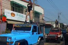 Hàng chục vũ công múa cột đưa tang chính trị gia