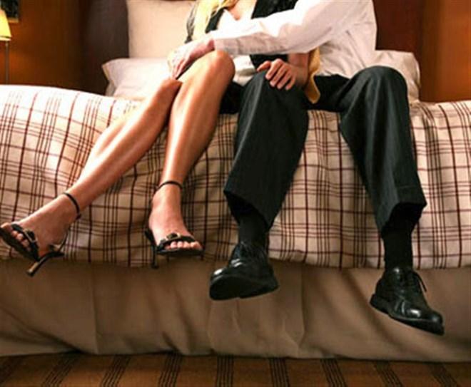 Thương đồng nghiệp vừa ly dị, chồng tôi lén cặp kè