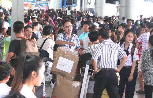 Sân bay Tân Sơn Nhất , quá tải, đến trước 2h, hành khách