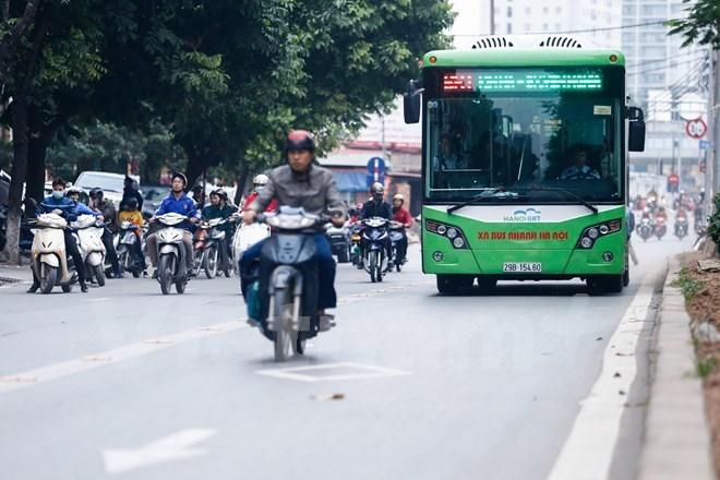 """Hà Nội: Xế hộp biển xanh """"ngang nhiên"""" chiếm làn xe buýt nhanh"""