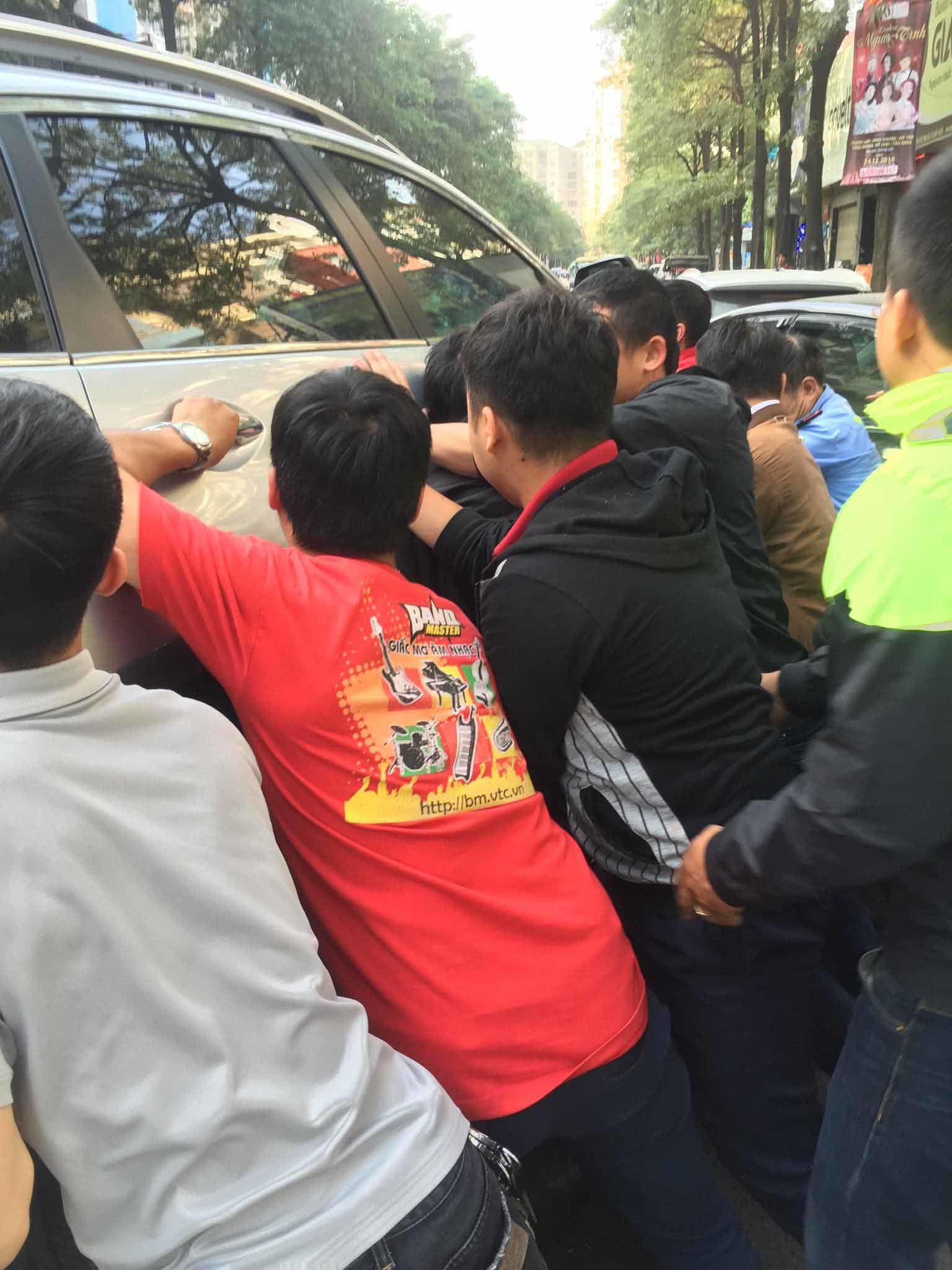 Hàng chục người nâng 'xe điên' cứu cháu bé mắc kẹt