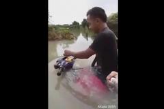 Xe máy lội nước tài tình như tàu ngầm