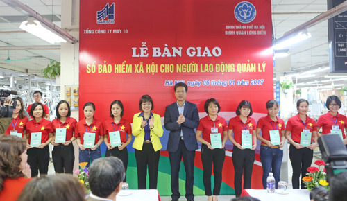 Doanh nghiệp đầu tiên trao sổ BHXH cho NLĐ quản lý