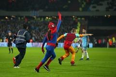 Fan cuồng hóa người nhện đại náo trận West Ham vs Man City