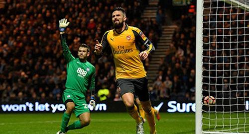 Giroud rực sáng, giúp Arsenal ngược dòng phút cuối