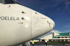 Vật thể lạ đâm nát mũi máy bay chở khách