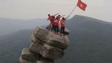 Giới trẻ tìm ra 'mỏm đá sống ảo' mới tại Quảng Ninh