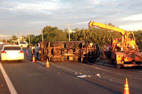 Ô tô nát đầu, xe tải nhào lật nhào trên cao tốc Long Thành - Dầu Giây