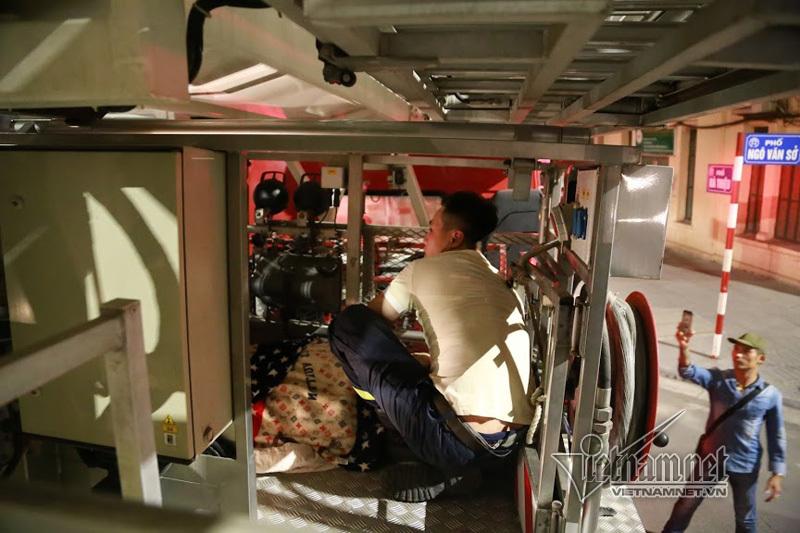 Hi hữu: Mắc kẹt ở tầng 4, chuyển thai phụ bằng lồng cứu hộ