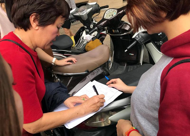 Trưng ảnh vợ chồng Jennifer Phạm, đòi ông Nguyễn Đức Hải đối thoại