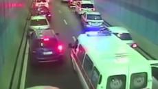 Hàng trăm tài xế đồng loạt 'dạt lề' nhường đường xe cứu thương