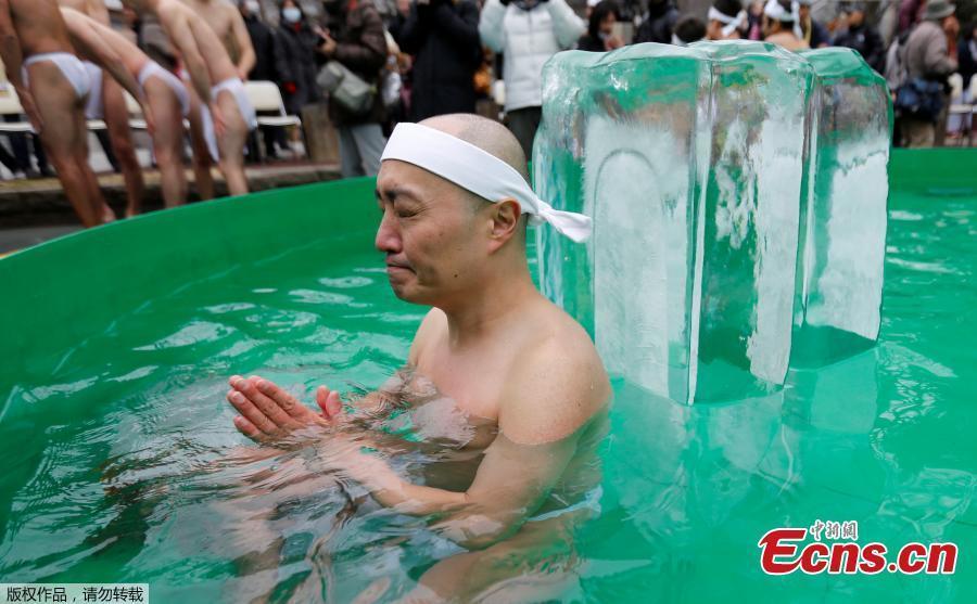 Đàn ông Nhật đóng khố, tắm nước lạnh giữa trời rét buốt