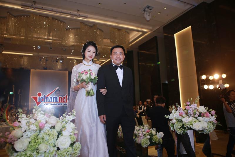 Hoa hậu Thu Ngân tháo bớt vàng trong lễ rước dâu với chồng đại gia