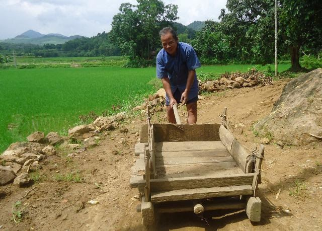 Ông già mù đào đất đắp đường cho dân