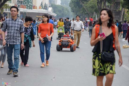 Ôtô đồ chơi, xe điện cân bằng 'đua tốc độ' trên phố đi bộ