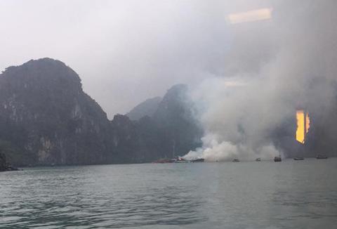 Cháy tàu du lịch ở Hạ Long