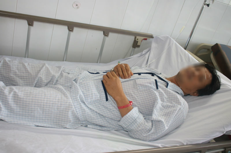 Người chạy xe ôm bị đâm xuyên vai khi bắt cướp ở Sài Gòn