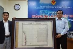 Vượt nửa vòng trái đất tặng huyện Hoàng Sa bản đồ quý