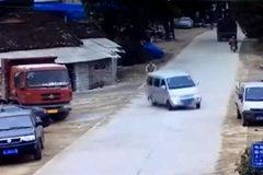 Ô tô đánh võng bạt vía, xe máy thoát nạn trong gang tấc