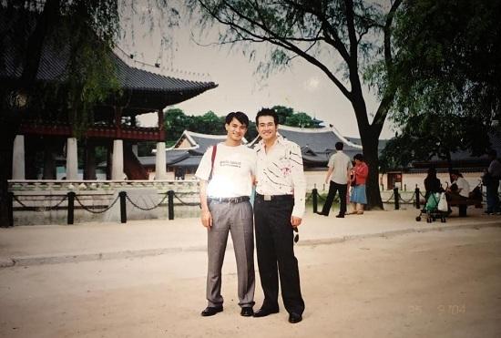 Chí Trung hài hước bế Ngọc Huyền chụp ảnh trước thác nước