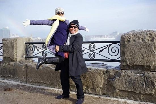 Chí Trung hài hước bế Ngọc Huyền chụp ảnh trước thác nước - ảnh 1