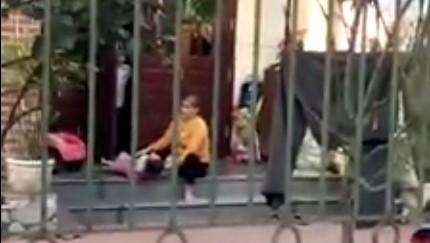 Clip người phụ nữ vật ngửa bé gái để cho ăn thô bạo - ảnh 1