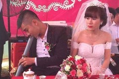 """""""Cám cảnh"""" ngày cưới, ngồi bên cô dâu mà chú rể vẫn tranh thủ vớ điếu cày làm 1 hơi"""