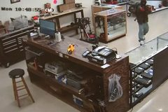Kết cục bất ngờ cho 2 kẻ cướp cửa hàng bán súng