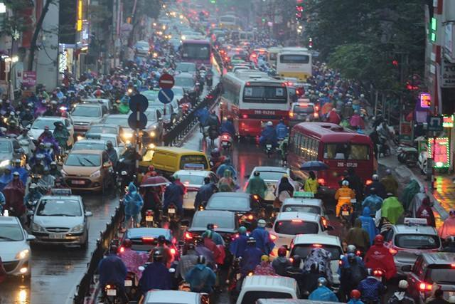 Hà Nội mưa tầm tã, nhiều đường tắc nghẹt thở - ảnh 1