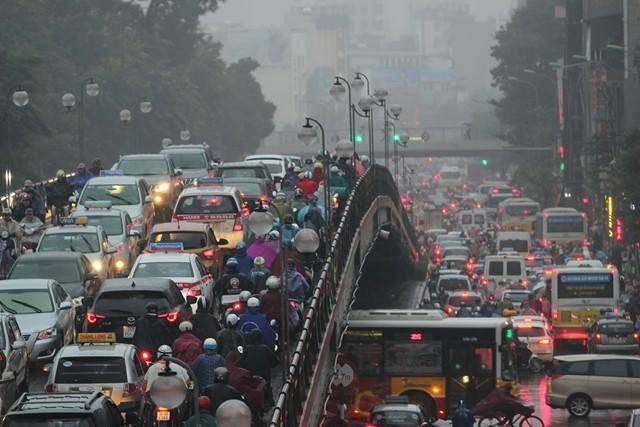 Hà Nội mưa tầm tã, nhiều đường tắc nghẹt thở - ảnh 2