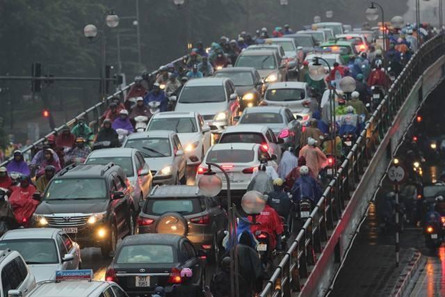 Hà Nội mưa tầm tã, nhiều đường tắc nghẹt thở - ảnh 3