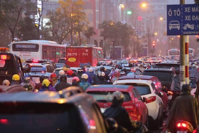 Hà Nội mưa tầm tã, nhiều đường tắc nghẹt thở - ảnh 4