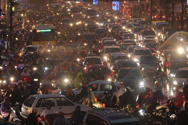 Hà Nội mưa tầm tã, nhiều đường tắc nghẹt thở - ảnh 5