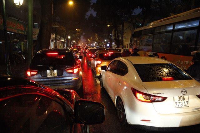 Hà Nội mưa tầm tã, nhiều đường tắc nghẹt thở - ảnh 7