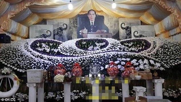 Con trai thuê 50 mỹ nữ nhảy múa trong tang lễ của cha