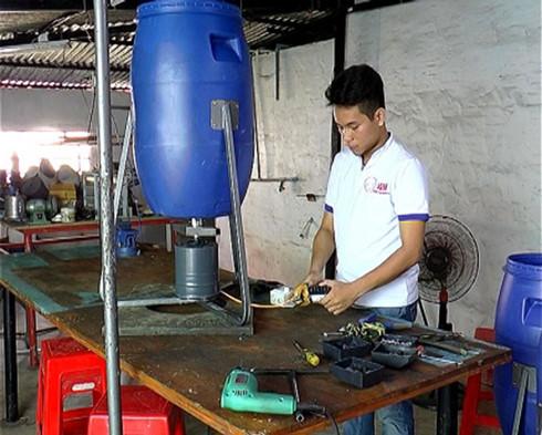 Bỏ đại học, sáng chế, miền Tây, khởi nghiệp, nuôi tôm, máy cho tôm ăn, Nguyễn Hải Đăng, Cà Mau, kỹ sư, nông dân