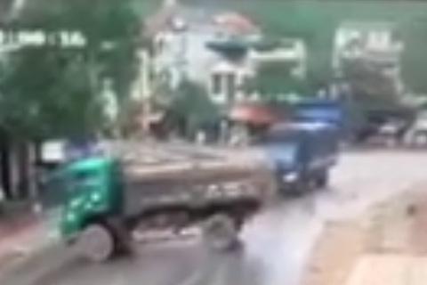 Lái xe trời mưa, đừng chủ quan mà gặp tai nạn