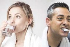 Đánh răng hay uống nước ngay sau khi ngủ dậy? Câu hỏi 90% người trả lời sai