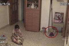 Chuyện kỳ lạ trong phòng bé gái chơi một mình