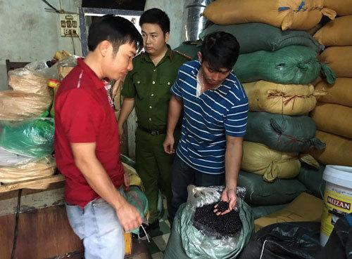 Bắt quả tang cơ sở chế biến cà phê bằng đậu nành và hóa chất - ảnh 1